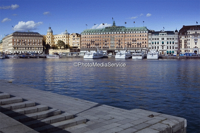 foto blick zum grand hotel ber den schiffsanleger str mkajen stockholm schweden. Black Bedroom Furniture Sets. Home Design Ideas