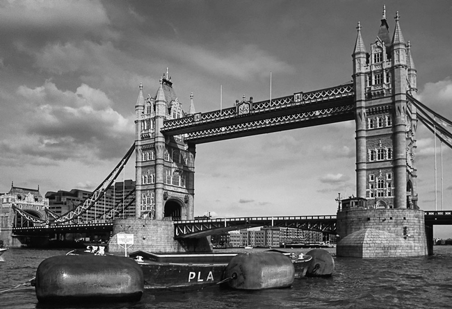 foto tower bridge flussabw rts gesehen london schwarz weiss. Black Bedroom Furniture Sets. Home Design Ideas