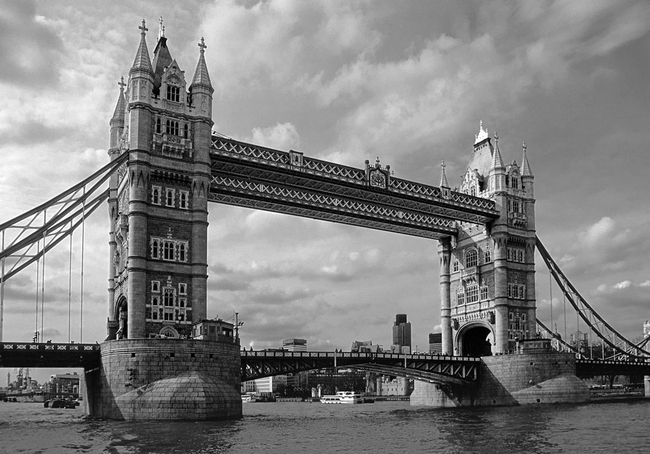foto tower bridge flussaufw rts gesehen london schwarz weiss. Black Bedroom Furniture Sets. Home Design Ideas